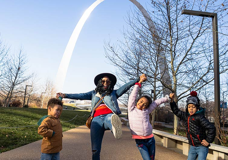 Britt Null and her kids pose in front of the Gateway Arch landmark in St. Louis